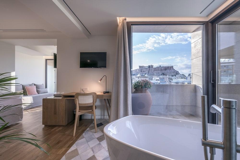 Bathtub with view to the Acropolis